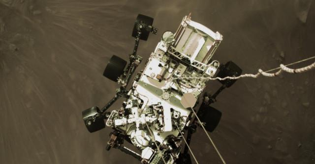 NASA zveřejnila unikátní záběry zpřistání sondy Perseverance na Marsu