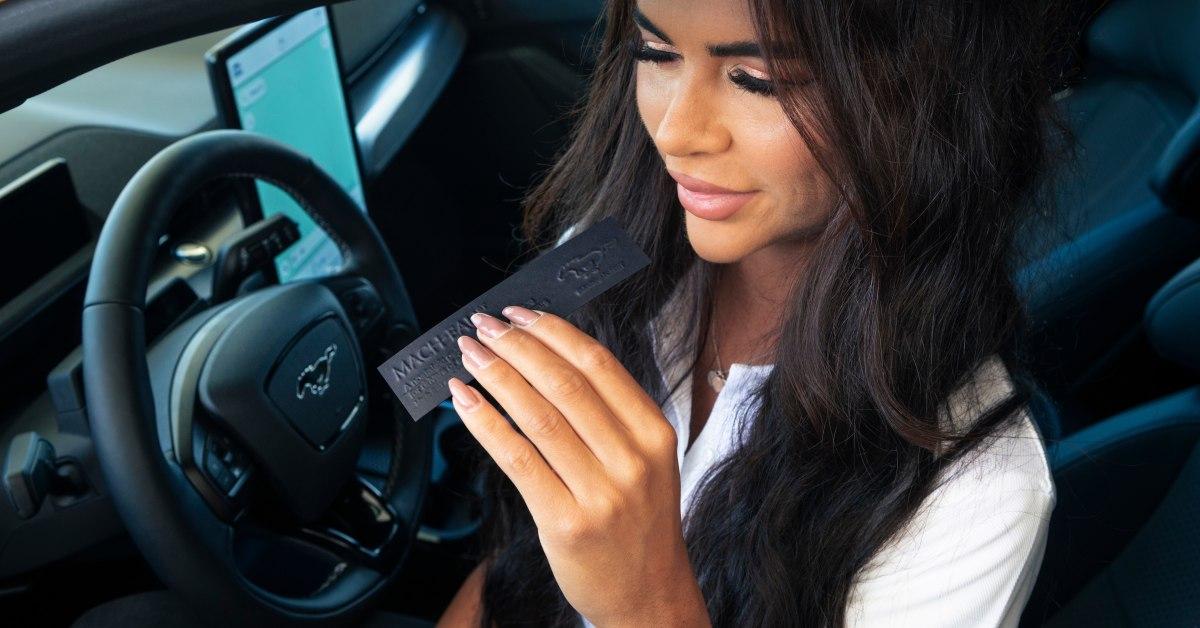 Ford představil parfém pro řidiče elektromobilů, co teskní po benzínu