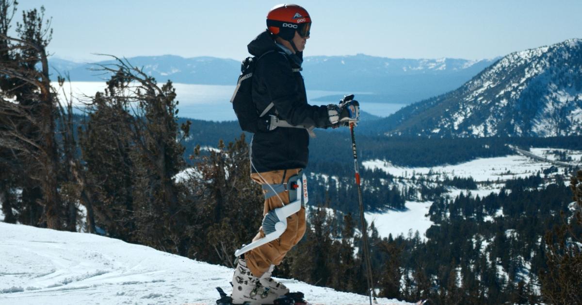 Exoskelet pomůže lyžařům řezat zatáčky a šetřit kolena
