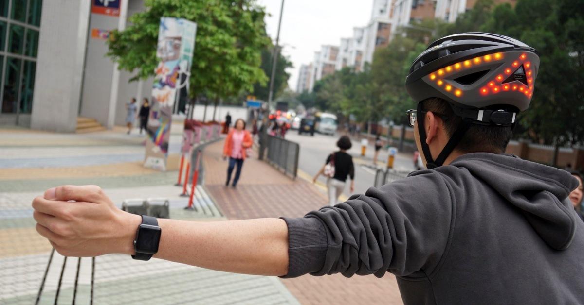 Cyklistická helma Lumos má v sobě zabudované blinkry. Jak se ovládají?