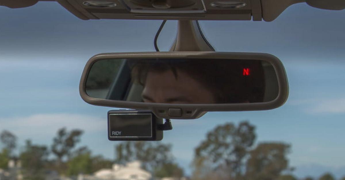 """""""Čum na cestu!"""" Chytré zpětné zrcátko pohlídá, jestli dáváte na za volantem pozor"""