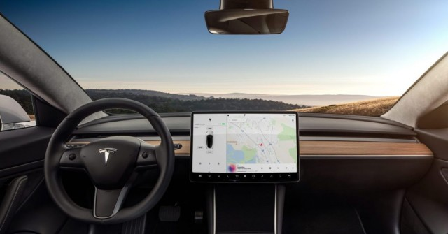 Nuda na parkovišti? Tesla umožní hrát klasiku od Atari